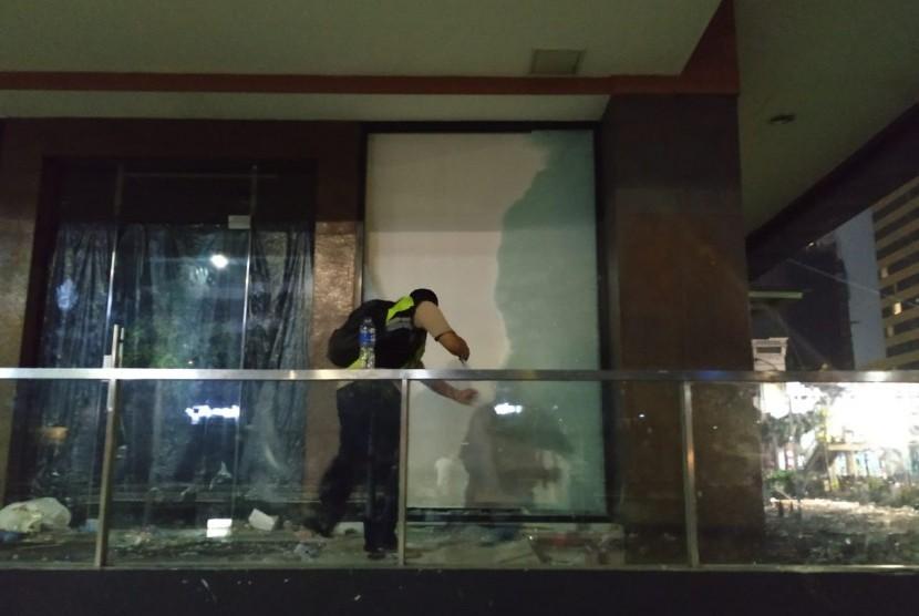 Kaca rumah makan cepat saji McDonald's di Mal Sarinah, Thamrin, Jakarta Pusat, pecah karena dilempar batu oleh massa aksi, Kamis (23/5) dini hari.