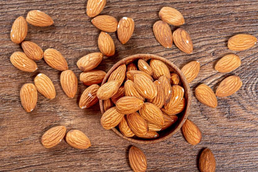 Kacang almond selama ini dikenal dengan berbagai manfaat kesehatan, termasuk rambut (Foto: ilustrasi kacang almond)