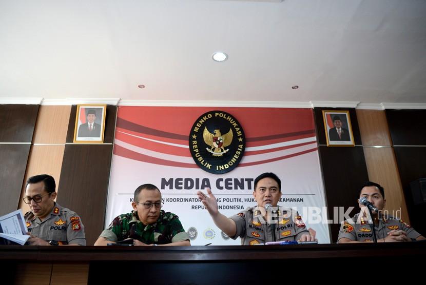 Kadiv Humas Polri Irjen Pol M. Iqbal (kedua kanan) didampingi Kapuspen TNI Mayjen TNI Sisriadi (kedua kiri), Wadir Reskrimum Polda Metro Jaya AKBP Ade Ary (kiri) dan Kasubdit 1 Dittipidum Bareskrim Polri Kombes Pol Daddy Hartadi (kanan) memberikan keterangan pada wartawan terkait perkembangan kericuhan 21-22 Mei 2019 di Media Center Kemenko Polhukam, Jakarta, Selasa (11/6/2019).