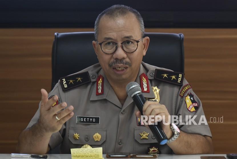 Kadiv Humas Polri Irjen Pol Setyo Wasisto memberikan keterangan pers mengenai penyergapan teroris. di Mabes Polri, Jakarta, Minggu (13/5).