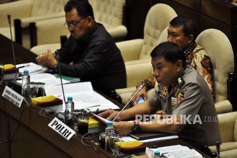 Kadivkum Polri Irjen Pol, Raja Erizman (kanan) memberikan pandangannya saat mengikuti Raker Komisi II DPR dengan TNI, Polri dan Jaksa Agung di Kompleks Parlemen. Senayan, Jakarta, Kamis (19/10).