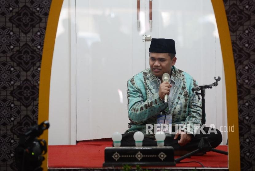 Kafilah Tuna Netra membacakan ayat suci Al Quran saat menjalani sesi final lomba Tilawah Al Quran dalam rangkaian MTQ Nasional ke XXVI yang diadakan di Aula Rinjani Gedung BKD, Kota Mataram, Nusa Tenggara Barat, Jumat (5/8)