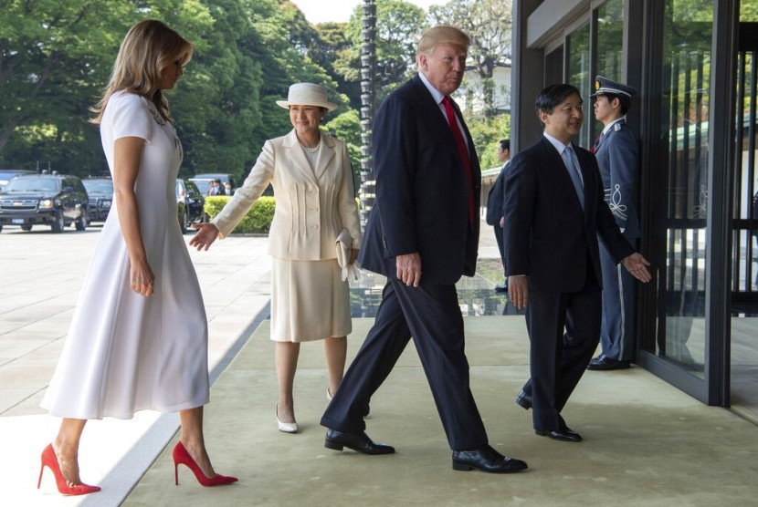 Kaisar Jepang dan Permaisuri Masako menyambut Presiden AS Donald Trump (tengah kanan) dan ibu negara Melania Trump (kiri) di Imperial Palace, Tokyo, Senin (27/5).