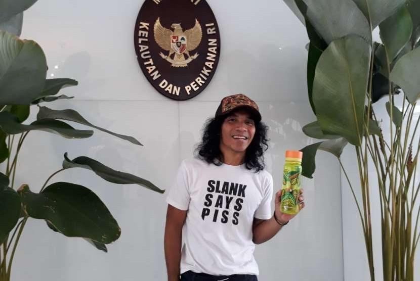 Kaka Slank mengubah gaya hidupnya dengan membawa botol minum atau tumbler sebagai upaya mengurangi sampah plastik di alam