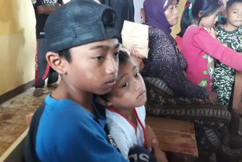 Kakak dan adik kandung Hengki (12) dan Farel (5) menjadi korban longsor di Desa Sirna Resmi Kecamatan Cisolok Kabupaten Sukabumi dan kehilangan kedua orangtuanya Kamis (3/1).