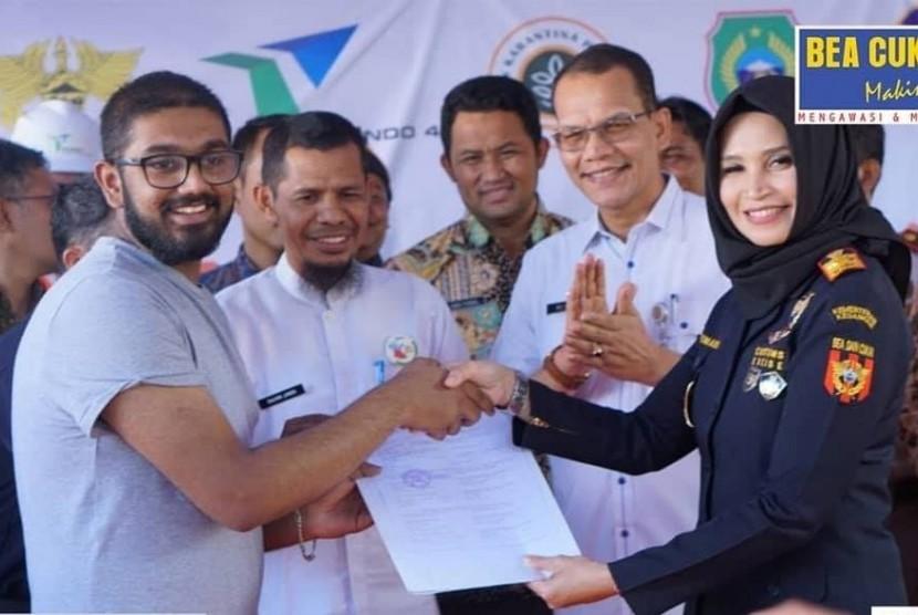 Kakanwil Bea Cukai Maluku Finari Manan melakukan pelepasan ekspor rempah-rempah dari kota Tidore dengan negara tujuan India.