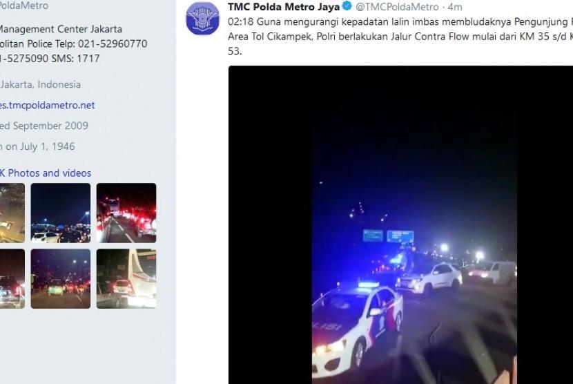 Kakorlantas Polri berlakukan contraflow guna mengurai kemacetan di Tol Jakarta-Cikampek, Rabu Dini Hari.