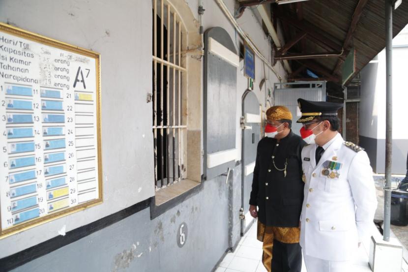 Kalapas Kelas 2A Paledang Kota Bogor Yohanes Waskito dan Wali Kota Bogor Bima Arya Sugiarto di Lapas Paledang, Selasa (17/8)