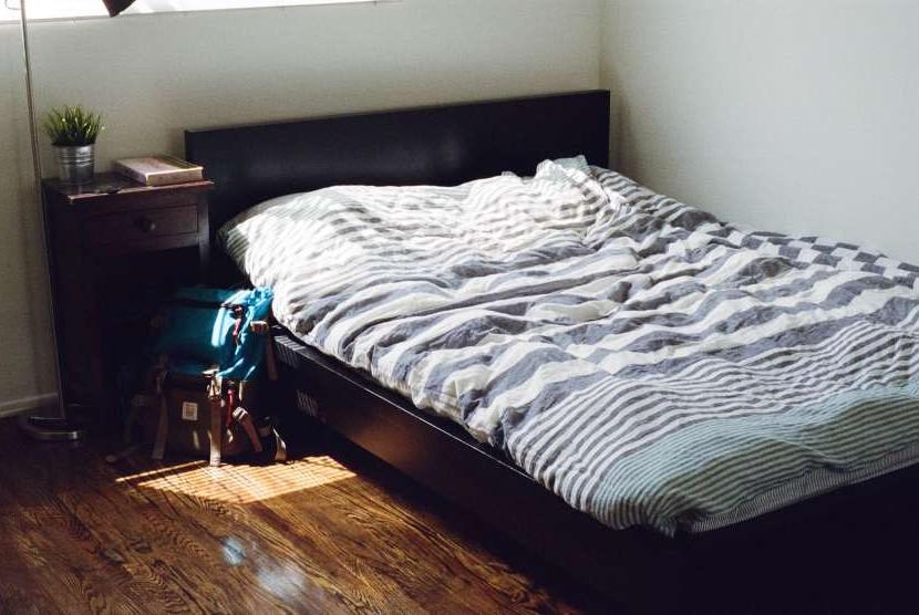 Kamar tidur yang nyaman dan bersih membantu tidur lebih berkualitas.