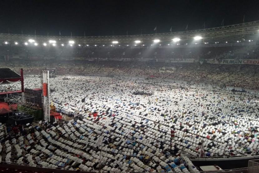 Kampanye Akbar. Suasana shalat Subuh berjamaah  di Stadion Utama Gelora Bung Karno (SUGBK) dalam rangka Kampanye Akbar pasangan calon Prabowo Subianto-Sandiaga Uno, Jakarta Pusat, Ahad (7/4).