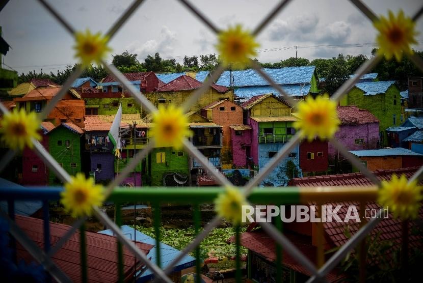 Kampung warna-warni juga terdapat di Jodipan di tepian Sungai Brantas, Jawa Timur.