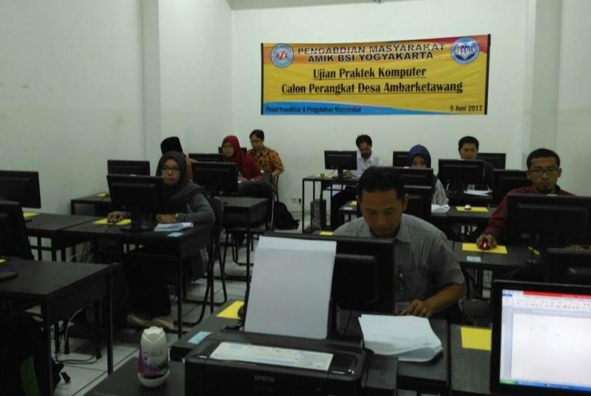 Kandidat perangkat desa Ambarketawang mengikuti seleksi di AMIK BSI Yogyakarta.