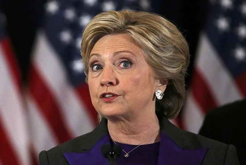 Kandidat Presiden Amerika Serikat (AS) dari Partai Demokrat, Hillary Clinton, memberikan pidato atas kekalahannya dalam pemilu di New York, Rabu (9/11).