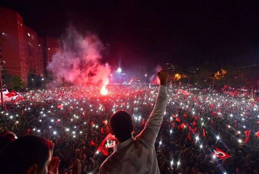 Kandidat wali kota Republican People's Party (CHP) Ekrem Imamoglu melambaikan tangan kepada pendukungnya saat merayakan kemenangan di Istanbul, Ahad (23/6).