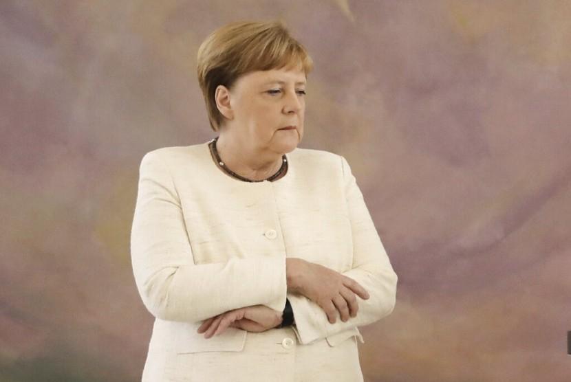 Kanselir Jerman Angela Merkel (64 tahun) kembali terlihat gemetar saat menghadiri sebuah acara di Berlin, Kamis (27/6).