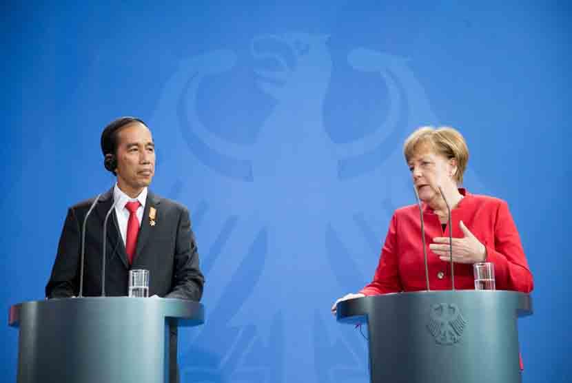 Kanselir Jerman Angela Merkel (CDU) berbicara dengan Presiden Indonesia Joko Widodo dalam sebuah kesempatan bersama beberapa waktu lalu.