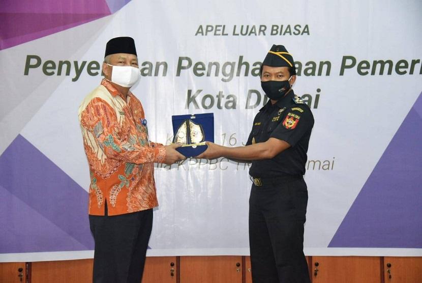 Kantor Bea Cukai Dumai, Fuad Fauzi, saat menerima penghargaan dari Pemkot Dumai di apel bersama pada Kamis, (16/07) di aula kantor Bea Cukai Dumai.