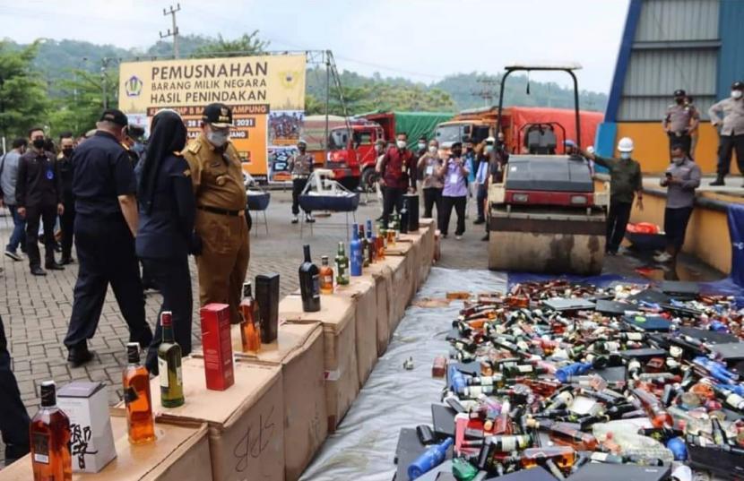 Kantor Bea dan Cukai Bandar Lampung memusnahkan jutaan rokok dan minuman alkohol ilegal di Bandar Lampung, Selasa (28/9).