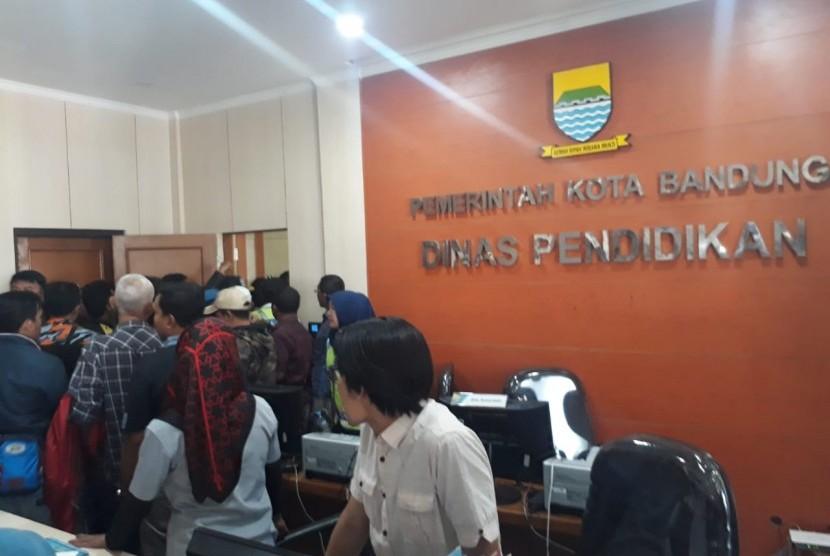 Kantor Dinas Pendidikan Kota Bandung didatangi orang tua murid dan pengunjuk rasa yang mengeluhkan aturan zonasi dalam PPDB, Kamis (12/7).