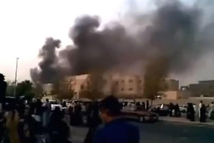 Kantor KJRI yang dibakar oleh sekelompok orang di Jeddah, Arab Saudi, Ahad (9/6).
