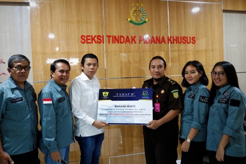 Kantor Wilayah Bea Cukai Jakarta melakukan penyerahan barang bukti 130 ton minuman keras dan tersangka SH ke Kejaksaan Negeri Jakarta Pusat, Kamis (25/7).