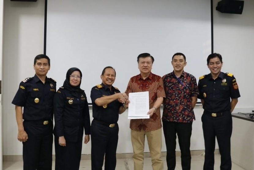 Kantor Wilayah Bea Cukai Jakarta menerbitkan izin fasilitas Pengusaha merangkap Penyelenggara di Kawasan Berikat atau selanjutnya disebut PDKB kepada PT Semesta Sukses Makmur Industry Selasa (9/9).