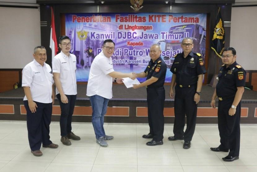 Kantor Wilayah Bea Cukai Jatim II menerbitkan izin pengguna fasilitas Kemudahan Impor Tujuan Ekspor (KITE) pertama kepada PT Adiputro Wirasejati.