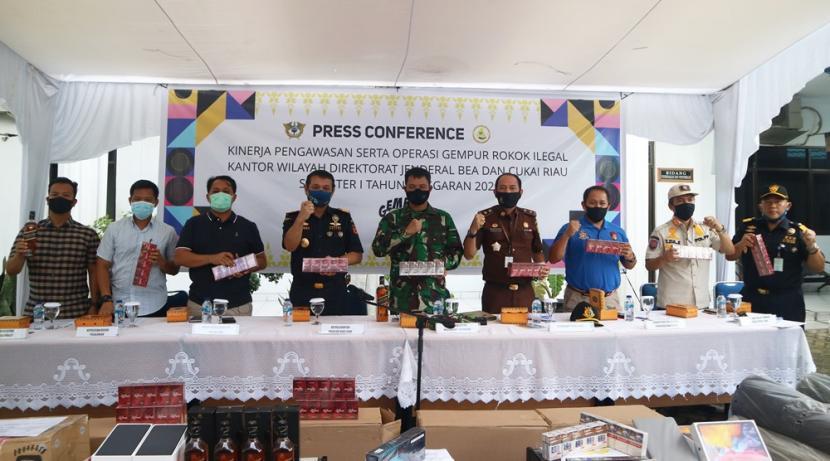 Kantor Wilayah Bea Cukai Riau mengklaim telah menindak 153 perkara sepanjang semester pertama 2020 ini dengan total nilai barang yang disita mencapai Rp 331 miliar, dengan total potensi kerugian negara sebesar Rp 49 miliar.