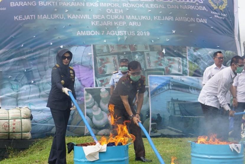 Kantor Wilayah (Kanwil) Bea Cukai Maluku bekerja sama dengan Kejati Maluku melaksanakan pemusnahan barang rampasan negara berupa pakaian bekas eks impor dan narkoba.