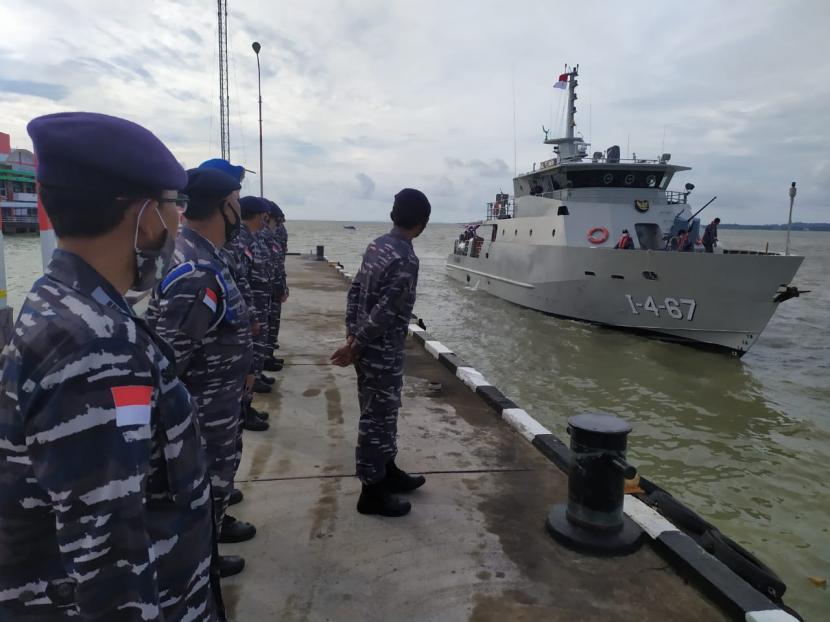 https://static.republika.co.id/uploads/images/inpicture_slide/kapal-angkatan-laut-kal-pelawan-bersandar-di-lanal-tanjung_200703135259-522.jpgg