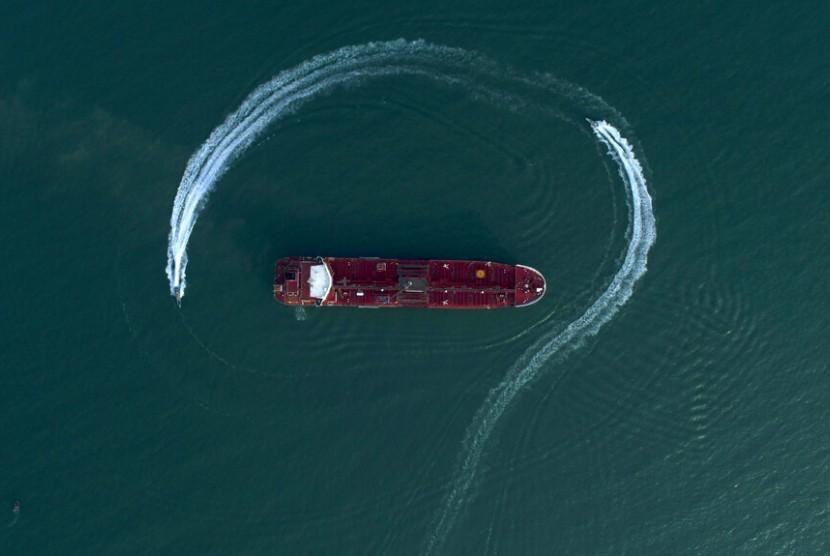 Kapal cepat Garda Revolusi Iran mengelilingi kapal tanker minyak berbendera Inggris Stena Impero pada Ahad, 21 Juli 2019 di pelabuhan Iran di Bandar Abbas, setelah kapal itu ditangkap di Selat Hormuz dua hari sebelumnya.