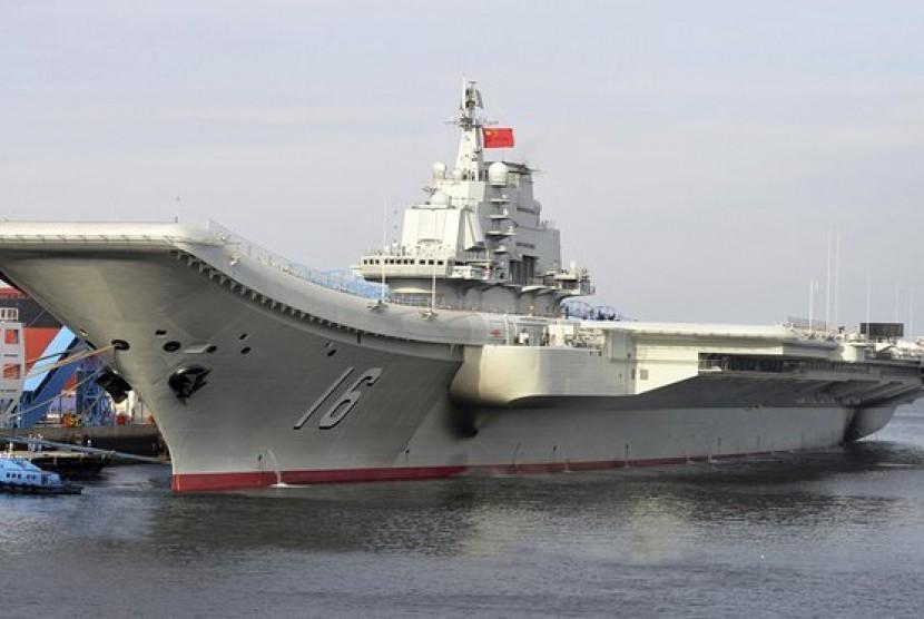 Kapal Cina pembawa pesawat Liaoning buatan Uni Soviet.
