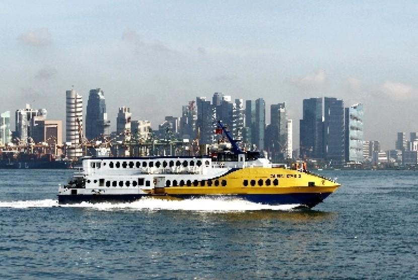 Kapal ferry rute Singapura-Batam melintasi kawasan Sentosa, Singapura.