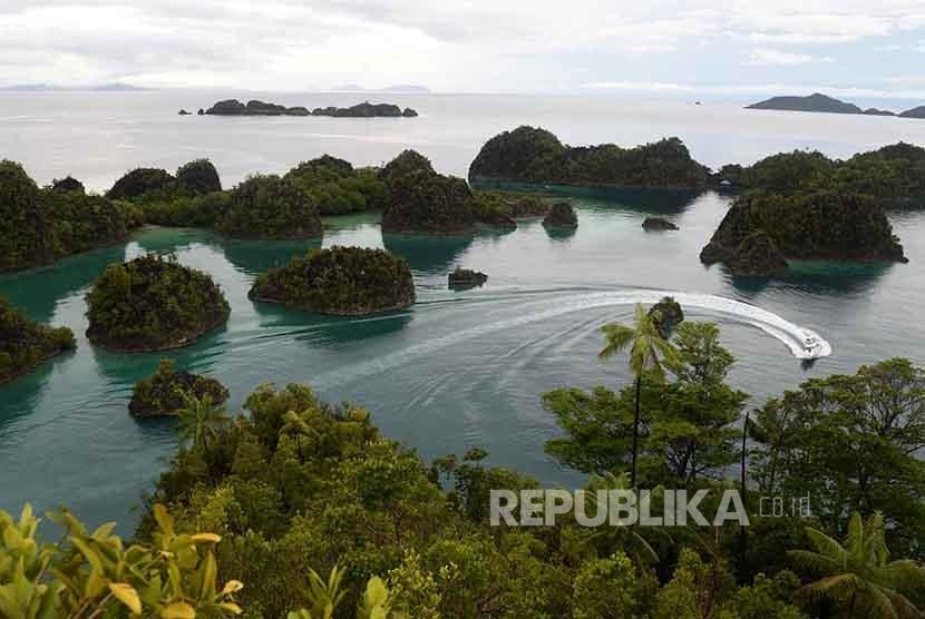 Kapal fery melintas di kawasan wisata Piaynemo di Raja Ampat, Papua Barat.