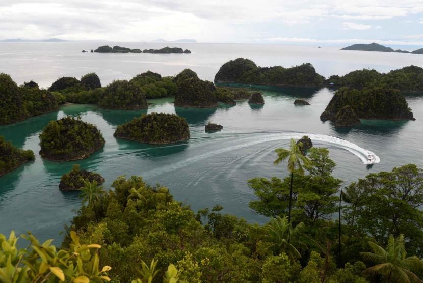 Kapal fery melintas di kawasan wisata Piaynemo di Raja Ampat, Papua Barat, Kamis (4/6).
