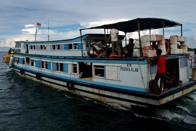 Kapal kayu tradisional mengangkut penumpang saat meninggalkan dermaga Pulau Pramuka, Kepulauan Seribu, Jakarta, Kamis (16/11).