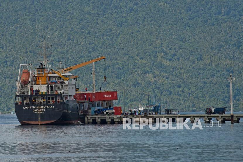 Kapal Logistik Nusantara 4 dari Jakarta melaksanakan bongkar muat kontainer di dermaga Pelabuhan Pelni Selat Lampa, Pulau Bunguran, Kabupaten Natuna, Kepulauan Riau, Jumat (13/11/2020). Pengoperasian kapal logistik tersebut dilakukan untuk memaksimalkan program Tol Laut dari pemerintah untuk melayani distribusi logistik ke pelosok negeri, termasuk di daerah tertinggal, terpencil, terdepan, dan daerah perbatasan (T3P) seperti Natuna.