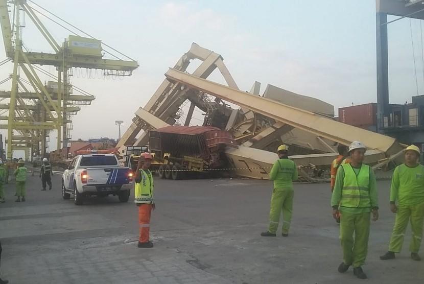 Kapal MV. Soul of Luck yang diageni oleh PT. Layar Sentosa menyenggol crane di dermaga TPKS sehingga 1 unit Container Crane 3 ambruk. Korban jiwa tidak ada dalam peristiwa itu.