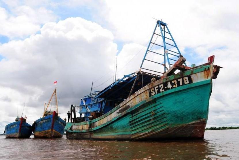 Kapal nelayan asing yang ditangkap dalam kasus ilegal fishing.
