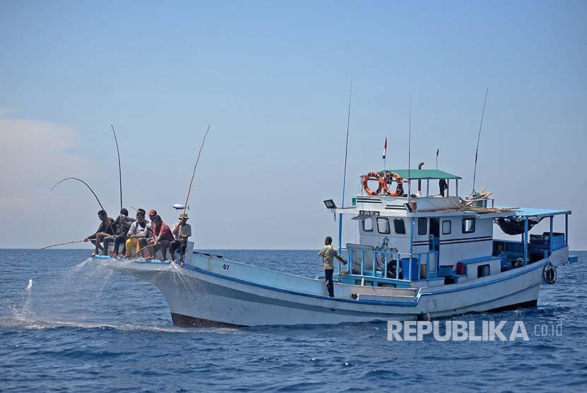 Kapal nelayan Larantuka berlayar di perairan Flores, NTT untuk memancing ikan Cakalang