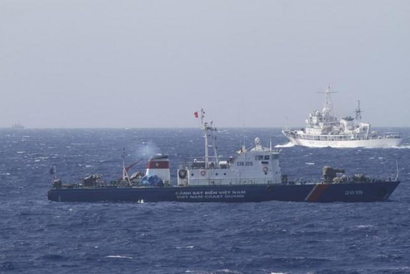 Kapal penjaga laut Cina berpatroli di Laut Cina Selatan.