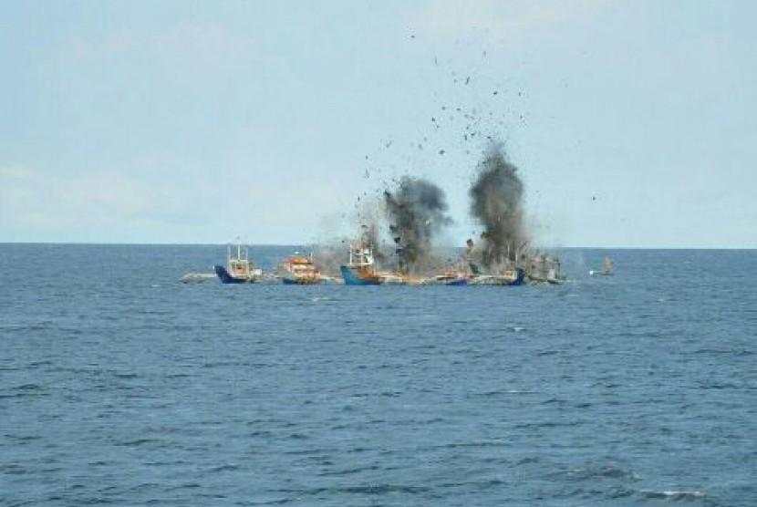 Kapal Perang Koarmatim tenggelamkan kapal pencuri ikan.m