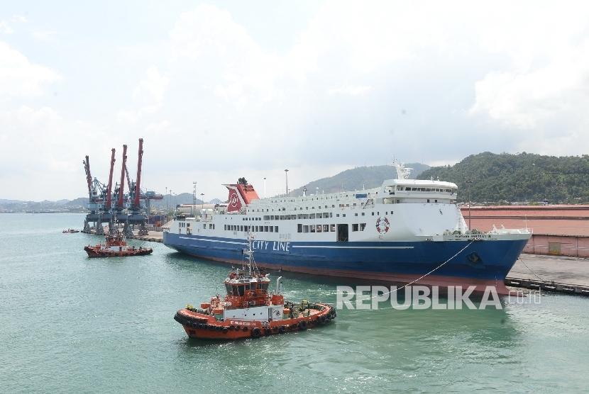 Kapal RoRo Mutiara Sentosa III sandar di Pelabuhan Panjang, Lampung, Rabu (22/6). (Republika/ Wihdan)