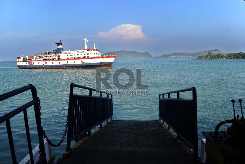 Kapal Roro terlihat dilautan dari jalur pejalan kaki di Dermaga II, Pelabuhan Bakauheni, Pulau Sumatera, Ahad (31/5). (Republika/Tahta Aidilla)