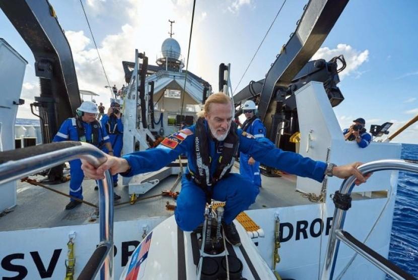 Kapal selam DSV Limiting Factor diluncurkan di atas Palung Mariana, titik terdalam di bumi.