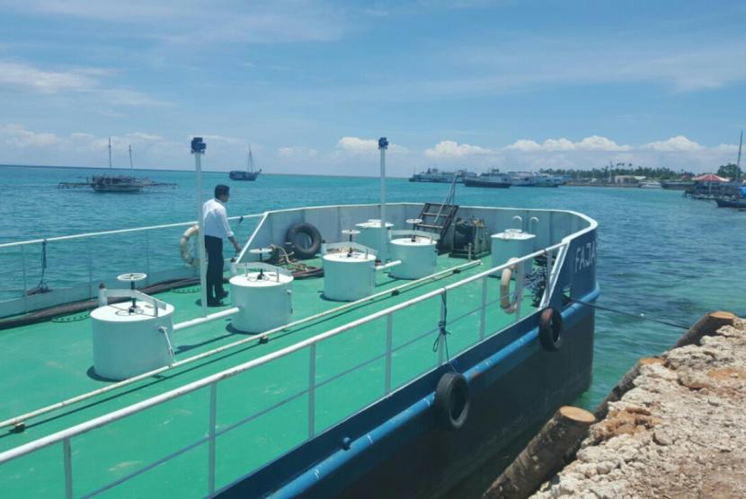 Kapal SPOB (Self Propelled Oil Barge) Fajar Mekar 1 untuk mendistribusikan BBM di wilayah kepulauan Wakatobi.