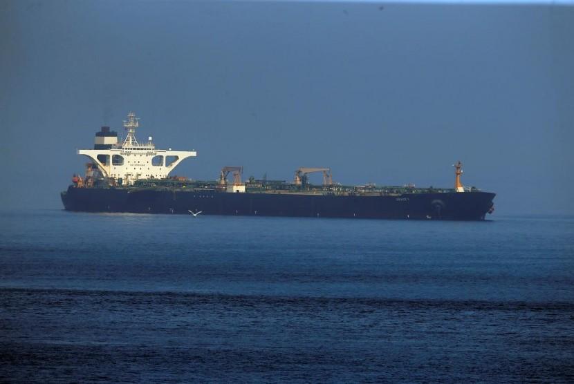 Tanker Iran Grace 1 setelah ditahan oleh Royal Marine Inggris Juli lalu di Selat Gibraltar, selatan Spanyol, Selasa (13/8).
