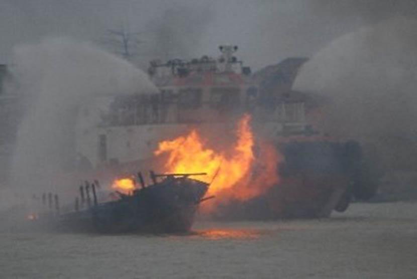 Kapal terbakar/Ilustrasi