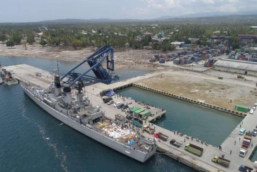 Kapal TNI Angkatan Laut Ahmad Yani Merapat di pelabuhan Pantoloan, Palu, Sulawesi Tengah, Kamis (4/10).