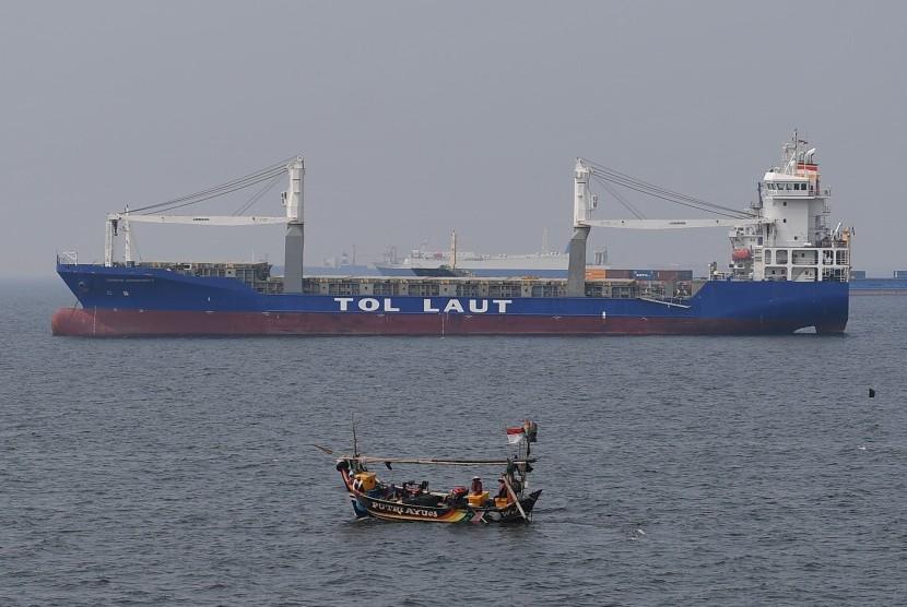 Kapal tol laut melintas di perairan Teluk Jakarta, Jakarta, Senin (23/7).(Antara/Sigid Kurniawan)